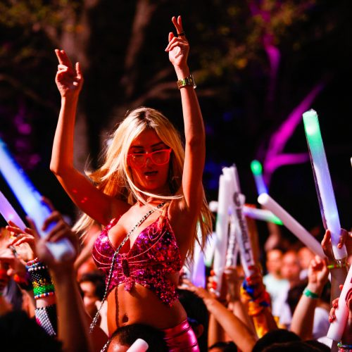 Ultra-Music-Festival-Miami-MMW-WMC-UltraFest-HD-Wallpapers-Pics-Photos-Cool-Ultra-Outfit-Very-Sexy-girl-sitting-on-someone-shoulders-Dash-Berlin-playing-glowsticks-in-the-air
